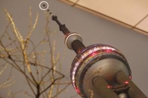 4月13日凌晨,上海东方明珠电视塔 因 塔顶发射架遭受雷击 起火