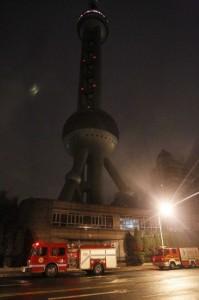 东方明珠电视塔起火,消防车紧急待命
